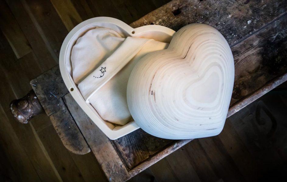 Hart van hout, houten hartje als uitvaartkistje voor baby na overlijden | begrafenisonderneming Buitengewoonafscheid