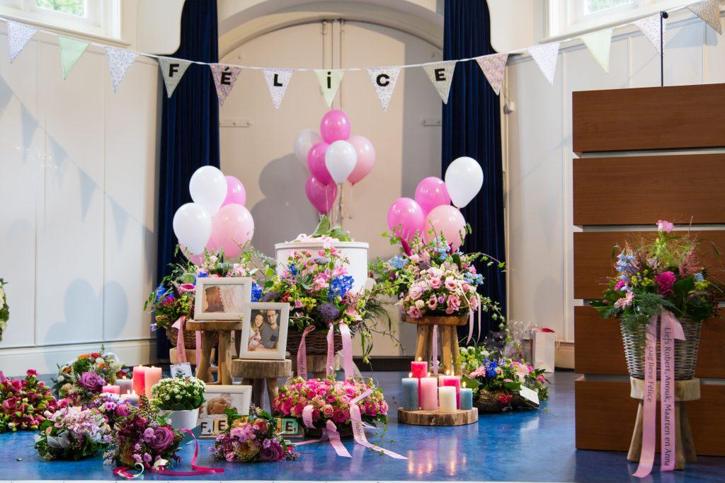 Afscheid nemen van een kindje is een van de moeilijkste dingen die er is. Stichting Felice hebt ouders na een miskraam en stilgeboren kindje. Begrafenis onderneming Buitengewoonafscheid is gespecialiseerd in het begeleiden van ouders bij een verlies.