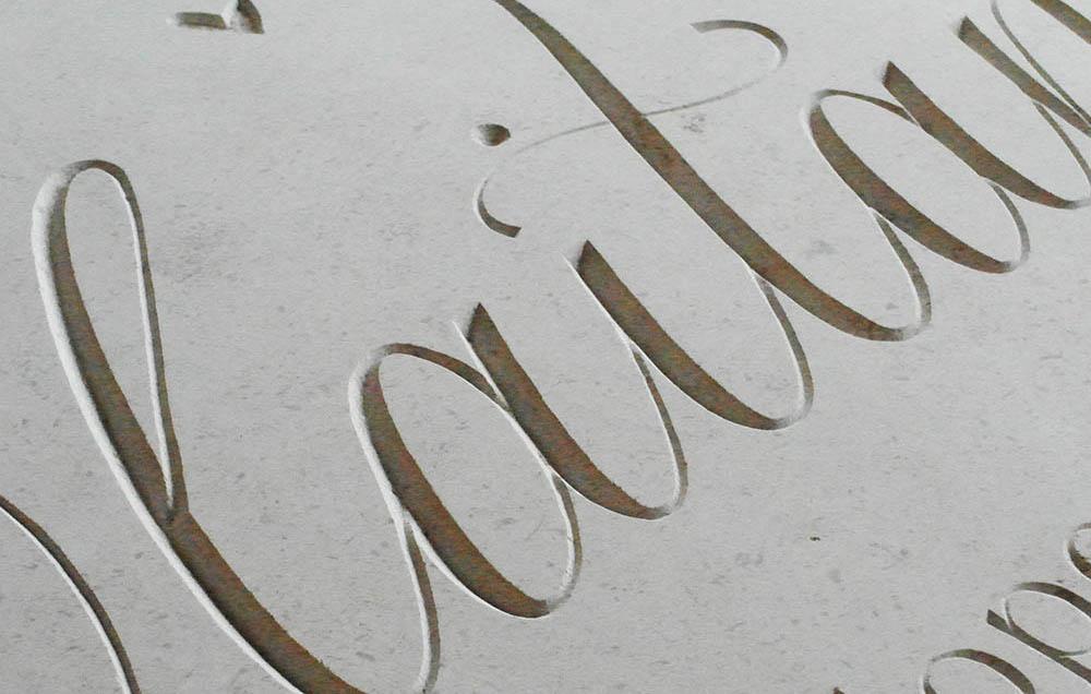 Grafmonumenten waar gespeeld wordt met typografie, ambacht en oog voor details. Tips en inspiratie voor een grafsteen, grafmonument of gedenksteen.