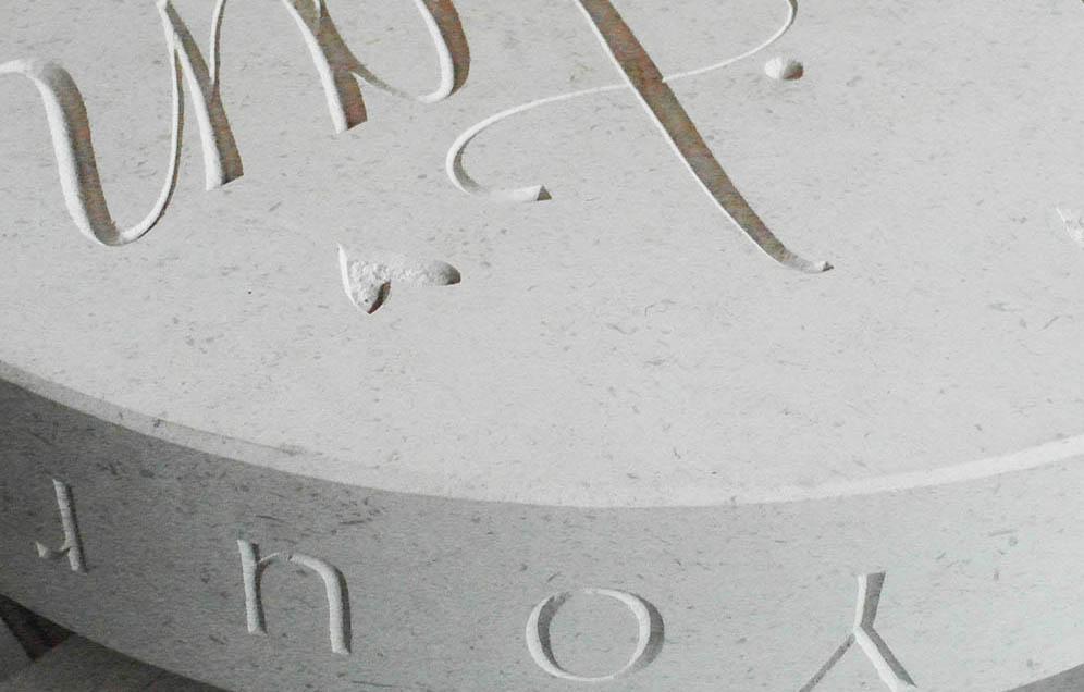 De steensoort is Bianco del Mare en de letters zijn met de hand gehakt. Tips en inspiratie voor grafstenen van uitvaartonderneming Buitengewoonafscheid.