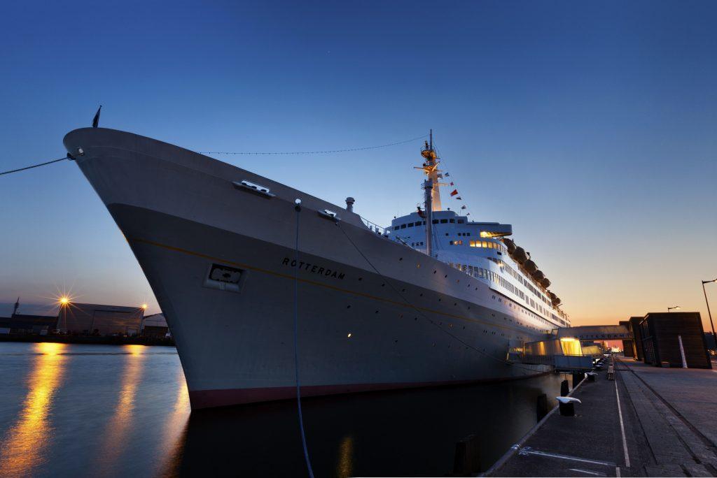 Afscheidsbijeenkomst op een boot, de SS Rotterdam uitvaart.