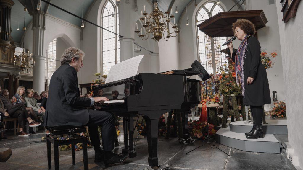Live piano muziek en zang tijdens uitvaart - begrafenis onderneming Buitengewoon Afscheid